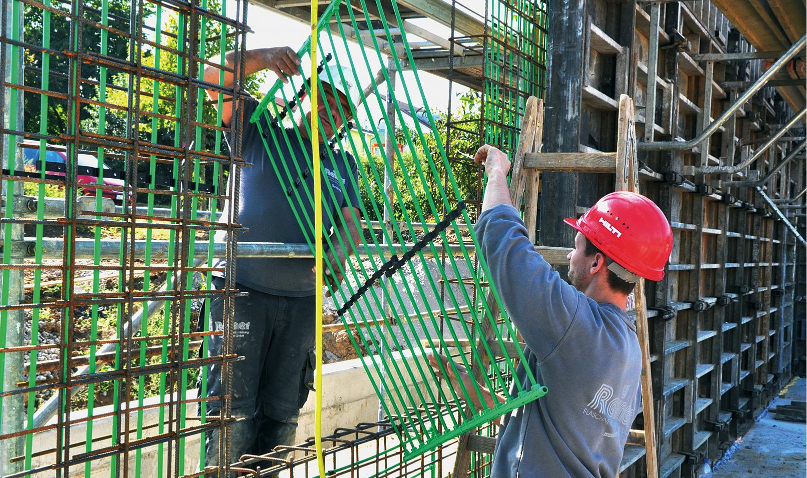 Installation der Wandelemente in Markgröningen. Ihre Wärmeleistung sollte im Trockenbau etwa 30 W/m2 betragen, im Nassbau/Betonkernaktivierung 50 W/m2