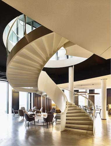 Luftige und helle Innenarchitektur Bürogebäude SkyLoop