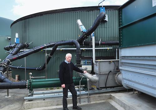 Gülle zu Biogas, Biogas via BHKW zu Strom und Wärme, Strom ins öffentliche und Wärme ins Nahwärmenetz für die eingebundenen Nachbarn – so sehen moderne Biogasanlagen aus