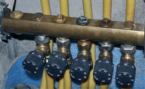 Rücklauftemperaturbegrenzer für die verschiedenen Heizkreise im Verteilerschrank des Objekts Bärhausen