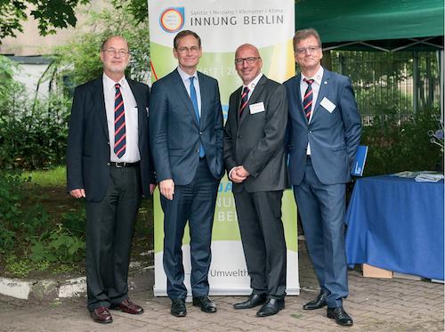 von links: Geschäftsführer Dr. Klaus Rinkenburger, Regierender Bürgermeister von Berlin Michael Müller, Obermeister Andreas Schuh, Leiter des Ausbildungszentrums Andreas Koch-Martin