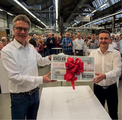 """v.l. Geschäftsführer Dr. Kai Schiefelbein (links) und Olaf Diederich mit dem Jubiläumsgerät. """"Made in Germany"""""""