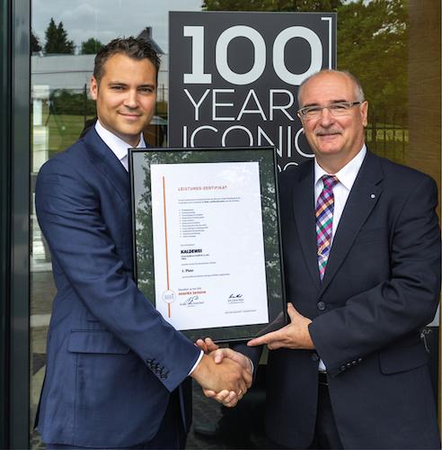 Hans-Georg Pauli, Chefredakteur von markt intern (rechts), überreicht das Leistungszertifikat an Geschäftsführer Franz Kaldewei.