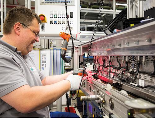 Deutsche Accumotive GmbH & Co. KG, Kamenz: Montage von Kühlschläuchen an Batteriemodulen. (Foto: © Daimler AG)