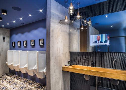 Selbst Urinale und -Abtrennungen, wie hier Antero und Cinto von Laufen, können so in Szene gesetzt werden, dass sie ein Aushängeschild für das Hotel sind.