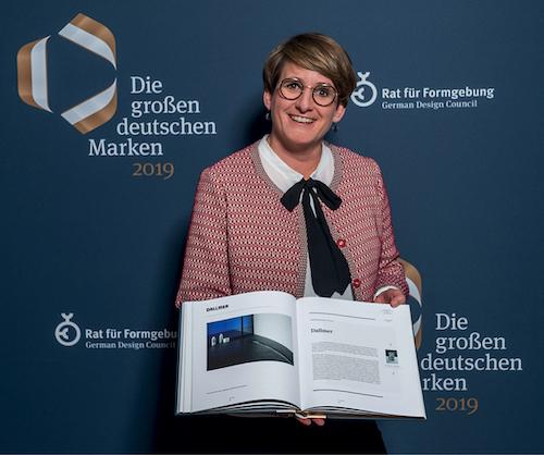Geschäftsführerin Yvonne Dallmer mit dem Eintrag ihres Unternehmens in der Publikation des Rats für Formgebung.