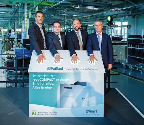 Dr.-Ing. Norbert Schiedeck, Vaillant Group CEO, Sven Hansmeier, Geschäftsführer der FIBAV Gruppe, Dr. Tillmann von Schroeter, Geschäftsführer Vaillant Deutschland, und Lutz Forßmann, Werksleiter Remscheid (von links nach rechts)
