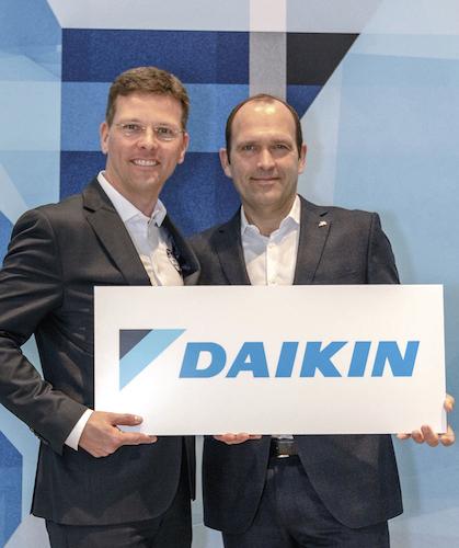 v.l.: ROTEX Geschäftsführer Georg Blümel mit Gunther Gamst, Geschäftsführer DAIKIN Airconditioning Germany GmbH