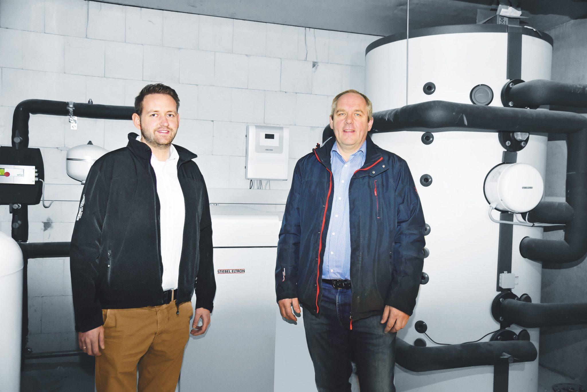Investor Manfred Stahlmann (rechts) und Stiebel-Eltron-Produktmanager Tobias Pach im Heizraum des Gebäudes vor der Wärmepumpe WPF 27.