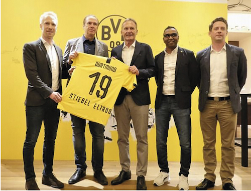 v.l. Benedikt Scholz, Head of International Commercial & New Business Borussia Dortmund, Roland Hoehn, Geschäftsführer Stiebel Eltron Asia, Hans- Joachim Watzke, Geschäftsführer Borussia Dortmund, Suresh Letchmanan, Managing Director Borussia Dortmund Asia Pacific und Kai Brusdeylins, Leiter Produktmanagement Stiebel Eltron Asia