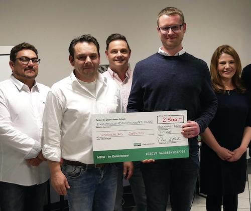 MEPA Ideenwettbewerb - Der Gewinner (mit Urkunde), ein Teil der Jury und Jessica Tjaden, die bei MEPA das betriebliche Vorschlagwesen betreut.