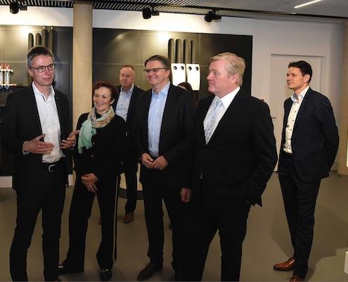 Niedersachsens Wirtschaftsminister Dr. Bernd Althusmann (2. von rechts) besuchte STIEBEL ELTRON in Begleitung der Landtagsabgeordneten Sabine Tippelt und Uwe Schünemann (3. von rechts). Geschäftsführer Dr. Kai Schiefelbein (links) präsentierte beim Rundgang durch den Energy Campus unter anderem das Wärmepumpen-Lüftungs-Integralgerät LWZ. Hintergrund links Geschäftsführer Dr. Nicholas Matten, rechts Dr. Hendrik Ehrhardt, zuständig für die Verbandsarbeit von STIEBEL ELTRON.